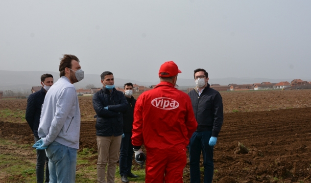 Minister Mustafa closely  monitors the spring plantings
