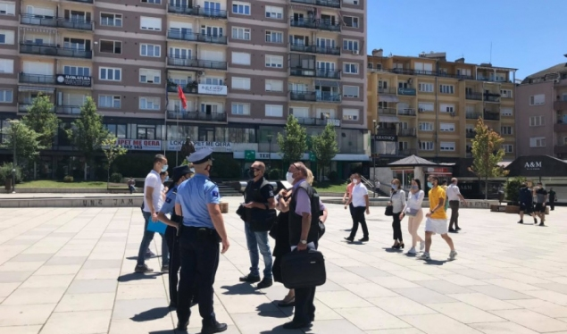 Police and inspectors detain citizens without masks