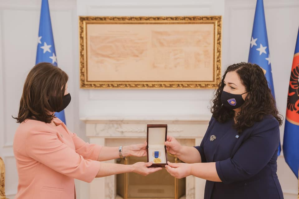 """Osmani hands over the copy of the decoration, Order """"Hero of Kosovo"""" to the family of Agim Ramadani"""